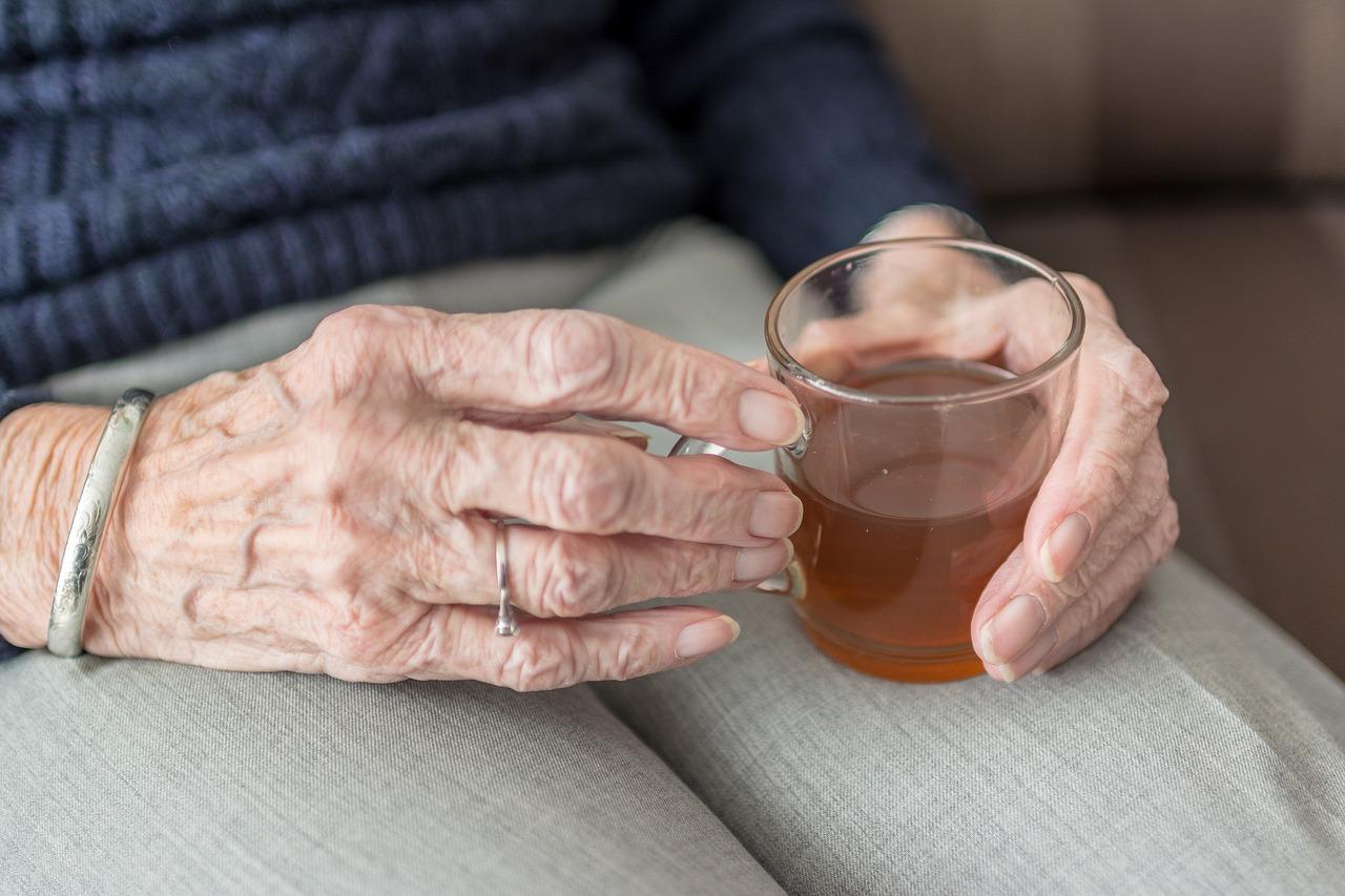 Abuela tomando té