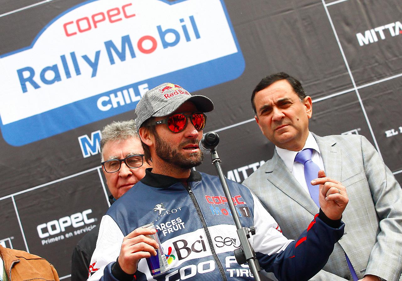 La imagen es uitilizada con el fin de mostrar a algunas autoridades de la ciudad y el máximo representante del RallyMobil curicano.